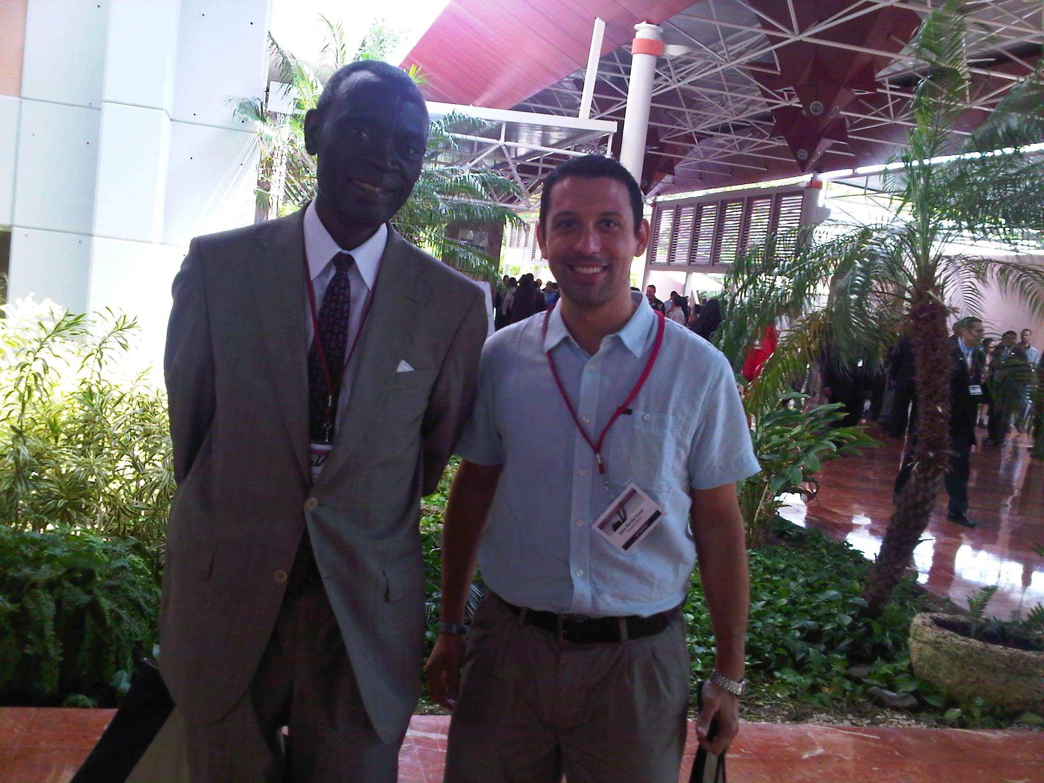 El Dr. Vives junto a Daniel Ntanda Nsereko, un adventista ugandés.