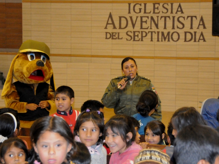 Niños de Vinto Bolivia y teniente Nilda Gutiérrez de la policía zonal felicita seminarios en campaña de Rompiendo el Silencio