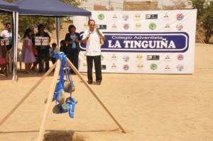 Líder de la Unión Peruana del Sur, pastor Obando, en el evento de la colocación de la primera piedra, para el futuro complejo educativo adventista, en Ica.