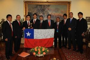 Alumnos y docentes de la Academia Adventista en Chile, en las instalaciones del gobierno de ese país. Posan junto a su bandera.