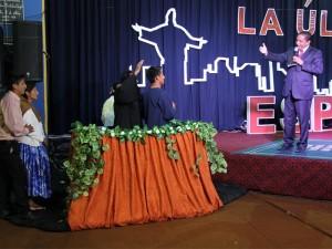 Pastor Aldo Salvatierra, distrital del Alto Cochabamba, en el tanque de bautismal con Rodrigo, en el llamado del pastor Luís Gonçalves, evangelista de la iglesia adventista en Sudaamérica.