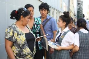 Alumna del Colegio Adventista Chiclayo, entrega libro La Gran Esperanza a transeúntes.