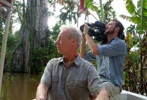 """Martin Doblmeier (izquierda), fundador y presidente de Journey Films, con Nathan DeWild, director de fotografía de Journey Films y graduado de la Universidad Adventista Southern, en el lugar de filmación en Brasil. El equipo de producción filmó en el Río Amazonas, donde durante ochenta años, la lancha misionera """"Luzeiro"""" ha brindado atención de la salud a comunidades aisladas. [fotografía por cortesía de Journey Films]"""