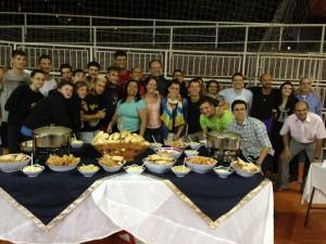 Los jóvenes se reúnen para una comida de bienvenida ofrecida por los adventistas.