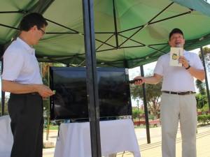 Pastor Arco, presidente de la UB y el pastor David Riarte, director de NT Bolivia, presentando el nuevo canal abierto.