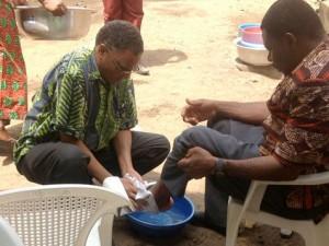 En la foto el pastor Antonio Monteiro lava los pies de uno de sus feligreses en Togo, continente africano. (Foto ANN)