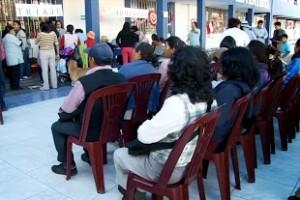 Decenas de personas esperaron la atención gratuita de la clínica adventista Good Hope.