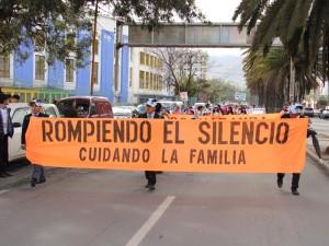 Cientos salieron por las principales calles de Bolivia, portando pancartas contra la violencia.