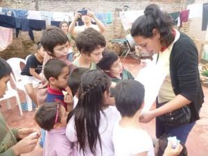 """Alumna de la CUAP  comparte historias bíblicas con hogar """"El Refugio"""", en Posadas, Argentina."""