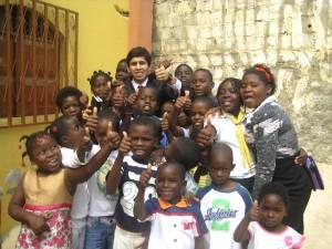 Kevin, rodeado por los niños en Luanda: motivación para la misión.