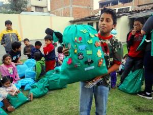 Niños con víveres y ropa preparadas en bolsas para labor social, hecha por ADRA, a favor de los necesitados.