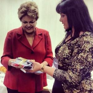Presidenta Dilma Rousseff recibió de manos de la abogada Claudia Sarmento libros y DVDs de la Iglesia Adventista. (Foto: Prefectura de Ribeirão Preto, SP)