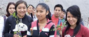 Estudiantes siembran plantones de tara y molle en zonas áridas.