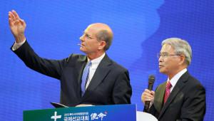 Ted N. C. Wilson (izquierda), presidente de la Iglesia Adventista mundial, recordó a los participantes en la Conferencia Misionera Internacional que Cristo viene pronto. Wilson estuvo acompañado de un intérprete al hablar durante el culto del sábado 31 de agosto.