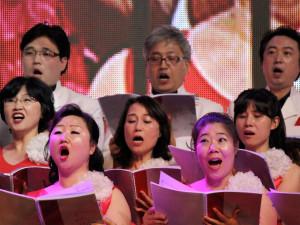 """Un coro de """"La voz de la profecía"""" de Corea del Sur se encargó de la música el sábado 31 de agosto, en el culto en la Conferencia Misionera Internacional en la Isla Jeju. [fotografías de Mark A. Kellner/Adventist Review]"""
