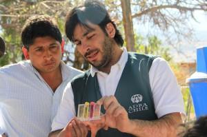 Voluntariado de ADRA Chile y representante de la comunidad analizando agua de la localidad de El Perdenal.