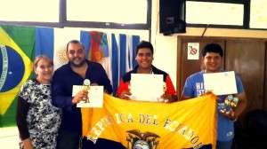 Estudiantes representantes de Ecuador y ganadores del 1° lugar en su categoría y 2° en toda la feria, junto a su docente tutor del proyecto.