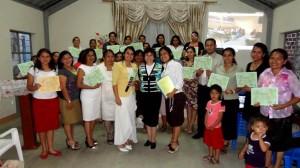 Participantes de la Tarde de nutrición para la familia con su certificado.