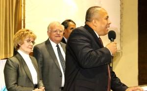 El Pr. Leonel Lozano presenta al Pr. Wallerence C. Caviness y su esposa, Dra. Linda de Caviness en el auditorio del Seminario Nazareno en Quito.