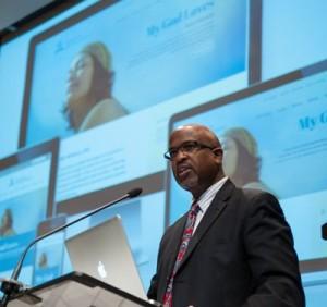 Garrett Caldwell del departamento de Comunicaciones de la Iglesia Adventista mundial reveló el nuevo diseño del sitio Adventist.org  en el Concilio Anual de delegados  [foto: Ansel Oliver]