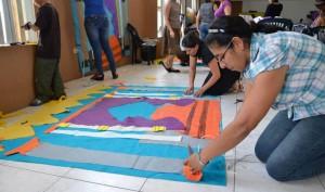 Maestras elaborando material para la Escuela Sabática de niños