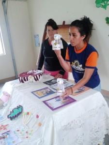 Maestra explica el uso de los materiales elaborados