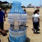 Árbol de botellas de plástico como símbolo de reciclaje fue armado por los jóvenes adventistas de Machala