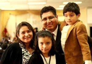 Pastor Willy Valencia con su esposa e hijos.