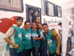 Jóvenes adventistas en El Triunfo con chalecos de ADRA participan en donación de sangre con apoyo de la Cruz Roja de Naranjal
