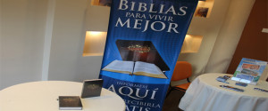 Cada uno de los beneficiados recibe una Biblia.