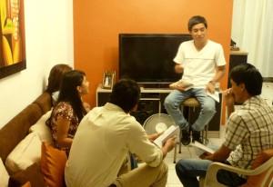 Grupo Pequeño de Adolescentes estudian el curso de discipulado del proyecto Huellas