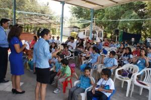 Niños y padres de familia reunidos en Durán.