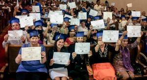 Estudiantes recibiendo su diploma por haber completado el curso La Biblia Habla