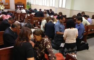 Iglesias orando la primeras horas de cada día, en Argentina.