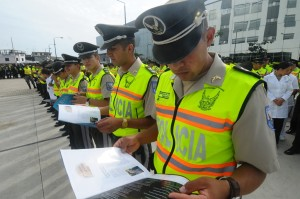 """Miembros de la Policía durante la formación leía con mucho interés la revista """"Orar hace la diferencia""""."""