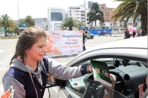 En Ecuador, alumnos de los Colegios Adventistas salieron por las principales calles a orar con los transeúntes y conductores de vehículos.