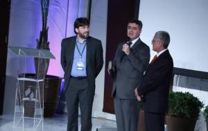 En la foto, el cineasta Henry Stober (izquierda) durante la presentación de la película The Creation (Foto: Leonidas Guedes)