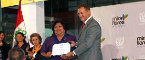 """Dina Salas recibe reconocimiento como """"Mujer Miraflorina Destacada 2014"""", en la categoría """"Ejemplo de vida""""."""