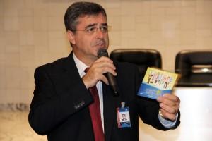 Pastor Erton Köhler, presidente da Igleja Adventista para Sudamérica muestra el DVD que será utilizado en los Hogares de Esperanza, el día 12 de abril.