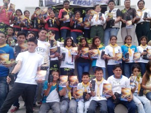 200 jóvenes del club de conquistadores participaron en la entrega de árboles a la comunidad.