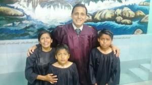 Durante la programación especial en las iglesias una madre y sus dos hijos aceptan ser bautizados