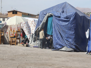 Debido a las fuertes réplicas, chilenos afectados  tras terremoto duermen en carpas.
