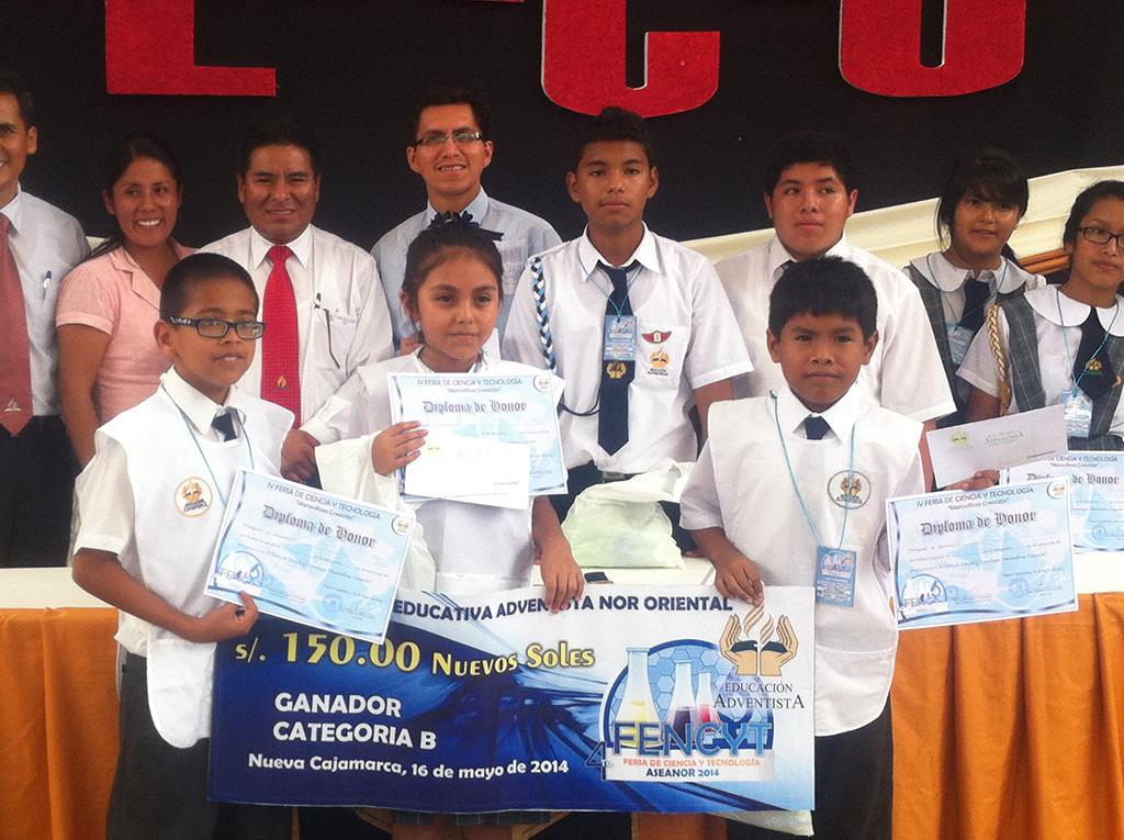 40 proyectos de ciencia fueron presentaros en coliseo adventista de Nueva Cajamarca