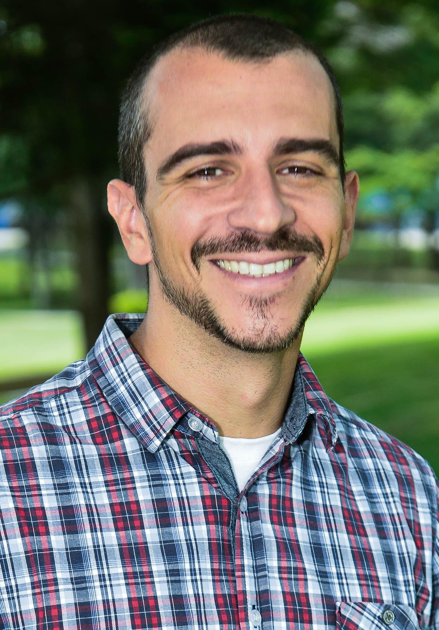 Alberto Domeniconi es pastor  desde 1999 y psicólogo desde 2005.  Actualmente enseña el curso  de Psicología, en la Universidad Adventista de Sao Paulo, Brasil.