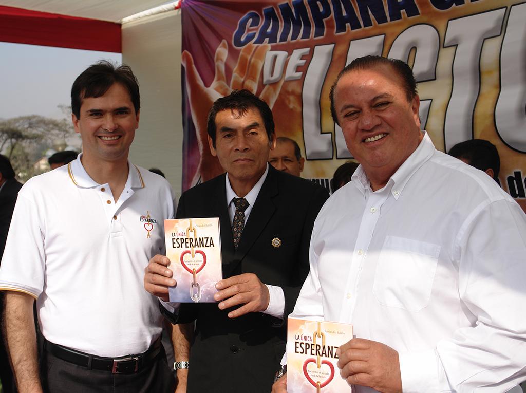 Alcalde en Perú respaldó campaña de lectura y felicitó iniciativa de la iglesia adventista
