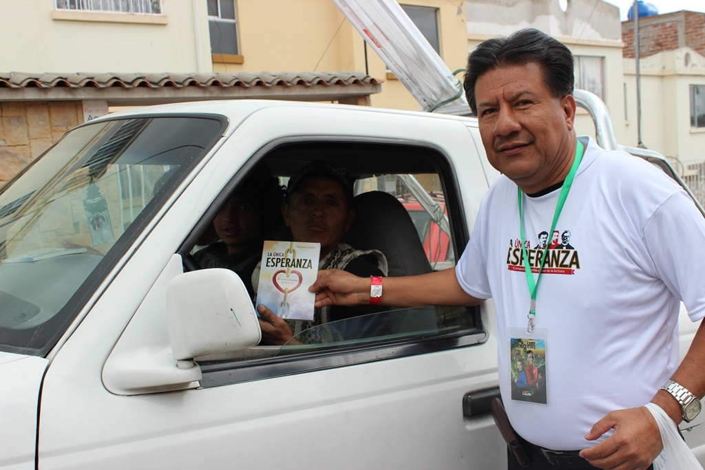 Bien identificados los adventistas invadieron las calles para entregar La Única Esperanza.