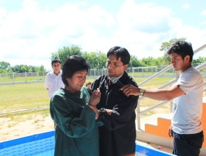 Mujer se bautiza después de 49 años