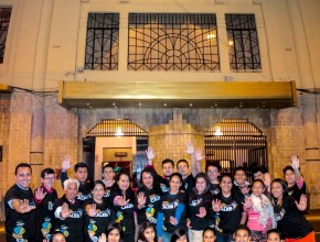Horas antes del evento, los jóvenes Calebs repartieron a los transeúntes de Ambato volantes con información del programa de agradecimiento en el Teatro Lalama.