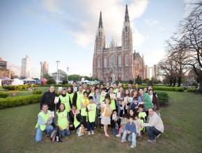 El personal de la ACES en la plaza central de la ciudad, frente a la gran catedral.  (Crédito de foto: Lisandro Batistutti, ACES)