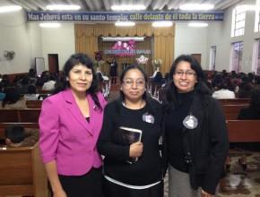 """En el centro: Maribel Aguilar. """"Hoy, no tengo cáncer y no necesité de radioterapias,  ni quimioterapias y sé que la oración con fe siempre es escuchada"""", afirma."""